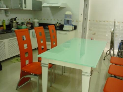 Sử dụng kính màu ốp bếp làm mặt bàn