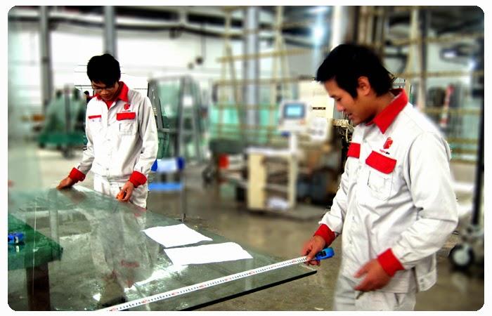 công nhân thiết kế, đo đạc trong thiết kế kính cường lực Là Ánh