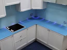 Ứng dụng kính màu ốp bếp trong thiết kế nội thất