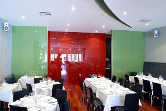 Sử dụng kính màu ốp bếp để ốp tường khách sạn nhà hàng