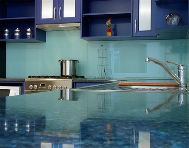 Cách ốp kính màu ốp bếp an toàn hiệu quả