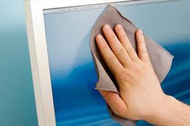 Lấy khăn vải mềm lau kính với nước chuyên dụng