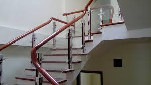 Cầu thang kính giá rẻ có đảm bảo an toàn cho nhà bạn
