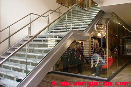 Cầu thang inox kính cường lực cho không gian thoáng đẹp