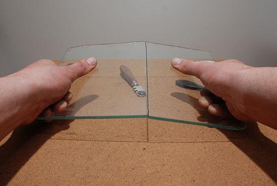 Bẻ tấm kính sau khi đã cắt