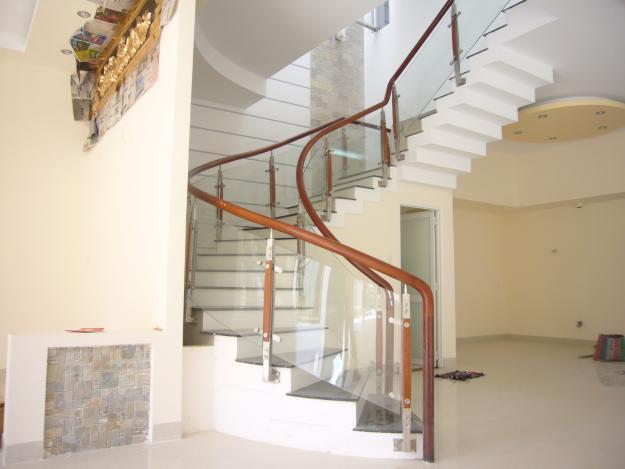 Cầu thang kính kết hợp tay vịn gỗ