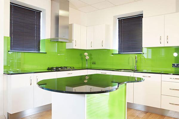 Màu kính ốp bếp xanh nhẹ nhàng