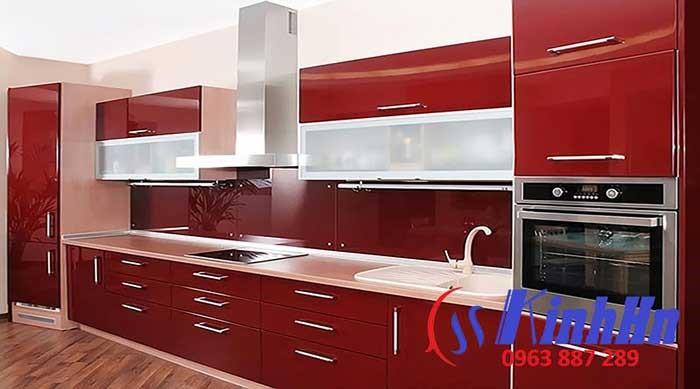 Giá kính màu ốp bếp màu đỏ rubi - mạnh mẽ , cá tính