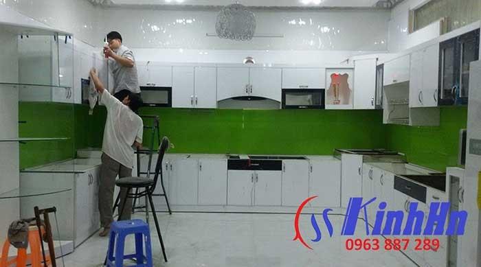 Thi công lắp đặt kính tại bếp của khách hàng