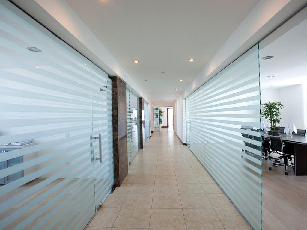 Vách ngăn kính phân chia các phòng làm việc
